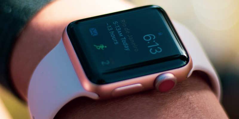 Foto de um Apple Watch mostrando horário e agenda.