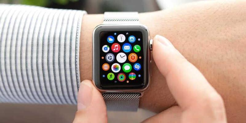 homem ajustando um smartwatch
