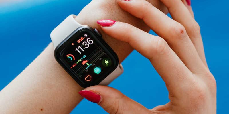 Mulher ajustando um smartwatch Apple Watch